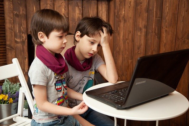 Slika na kojoj se prikazuje dijete, dječak, osoba, na zatvorenom  Opis je automatski generiran